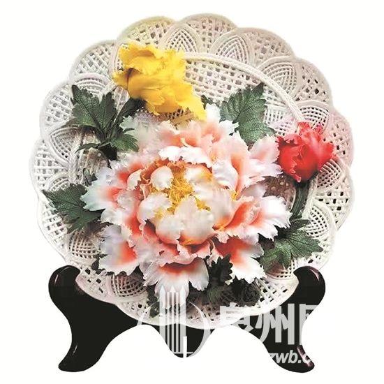 泉州:独具魅力的瓷花 纯手工雕刻制作