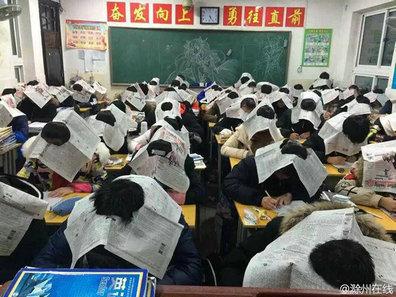 学生头戴报纸考试