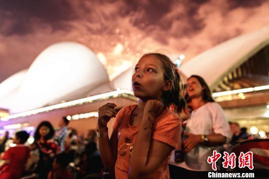 悉尼跨年庆典烟火炫丽绽放。 钟欣 摄