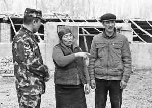 文中图:2016年12月26日,阿西古丽・卡德尔(中)和儿子吐尔地・玉努斯(右一)与阿克青边防派出所所长艾立卡木・艾尼瓦尔交流。□本报记者约提克尔・尼加提摄