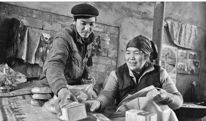 2016年12月26日,阿西古丽・卡德尔在帮助儿子吐尔地・玉努斯准备上山用的药品和食物,吐尔地要上山和父亲一起守边,直到2017年5月份。□本报记者约提克尔・尼加提摄