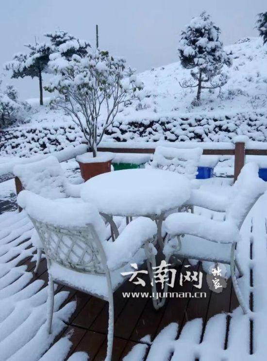"""昆明2017""""首雪""""来临 轿子山大雪过膝"""