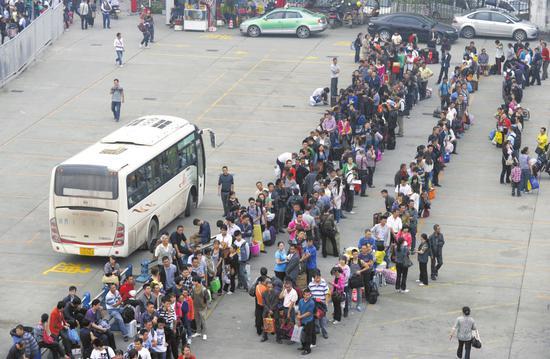 成都五桂桥成都汽车总站,等候上车的旅客排成长队。(资料图片)