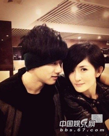 周杰伦也愿意陪着昆凌做,两人在首尔逛街,周杰伦跟在昆凌背后.
