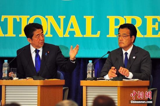 """资料图:2016年6月,日本参议院选战前党首辩论会上,""""安倍经济学""""的成败功过再度成为热辩之题。图为日本首相安倍安倍与最大在野党民进党的党首冈田克也(图右),在辩论会上针锋相对。<a target='_blank'  data-cke-saved-href='http://www.chinanews.com/' href='http://www.chinanews.com/'><p  align="""