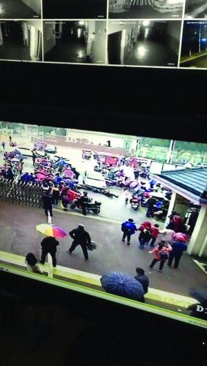 无锡女子接孩子放学开车失控冲校门口 3人受伤