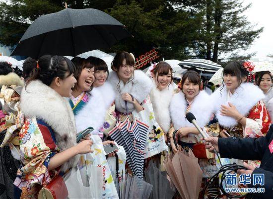 """(国际)(2)日本举办""""成人节""""庆祝活动"""