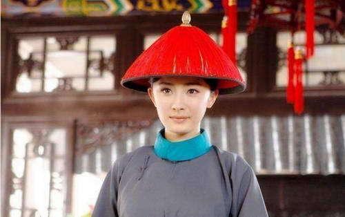 杨幂穿上这一身衣服总感觉哪里有点不合适以前都是扮演俊俏的姑娘现在穿上男装大家说好看吗?