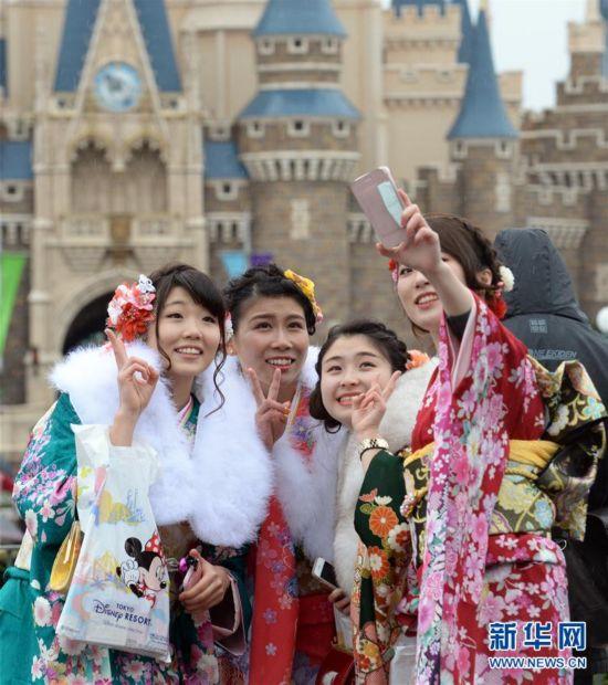 """(国际)(1)日本举办""""成人节""""庆祝活动"""