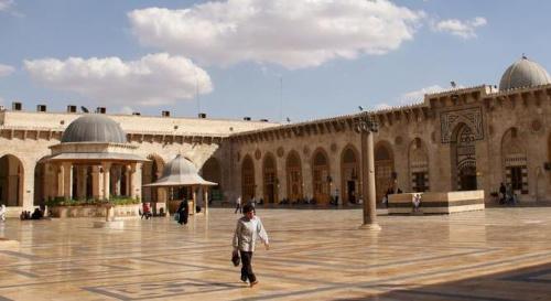 资料图片:战前的阿勒颇大清真寺.(图片来源:路透社)
