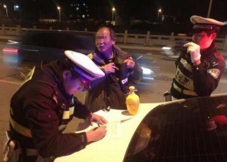 驾车被查打酒广告 网友:这位同志醉的不轻