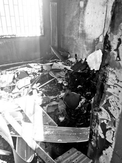 充电手机爆炸起火多个窗户玻璃被烧毁 无人伤亡(图)