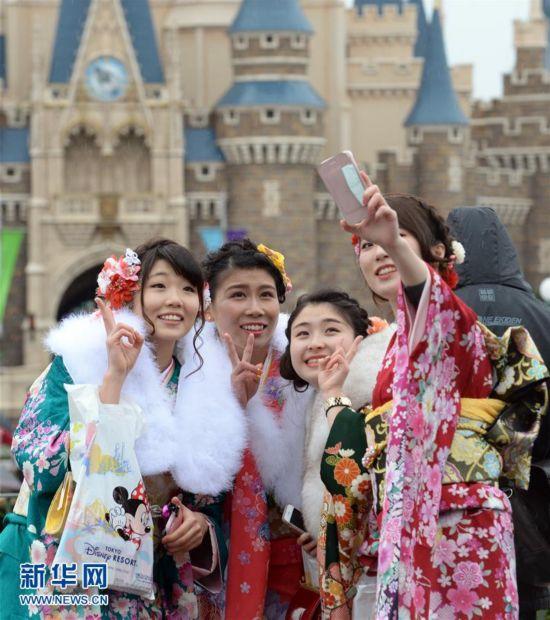 """日本举办""""成人节""""庆祝活动"""