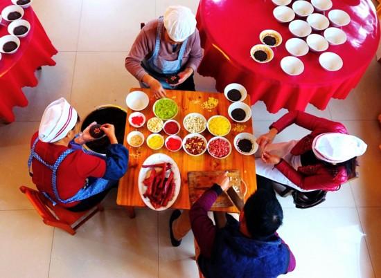 1月6日,广西宜州市怀远镇居民在制作八宝饭。