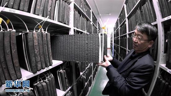 1月6日,专家在调取原版的《清敕修大藏经》木雕经板,准备进行数字化处理。新华社记者