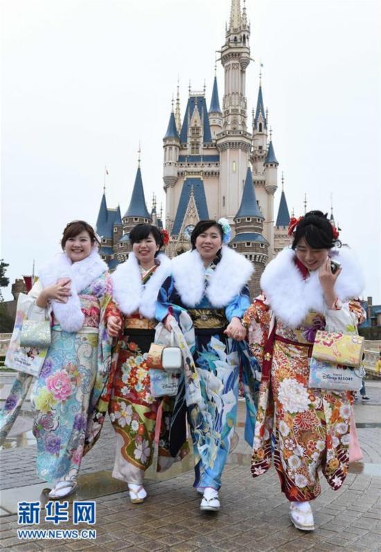 """日本青年男女东京迪士尼乐园欢度""""成人节"""""""