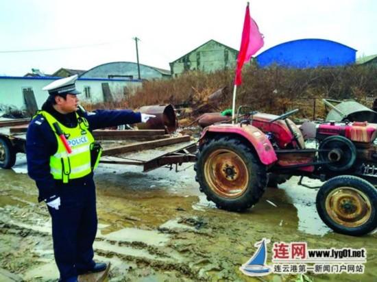 """连云港市区""""最牛拖拉机""""载27人 驾驶员被查"""