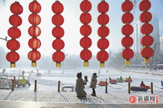 乌鲁木齐:春节临近 红灯笼挂起来(图)