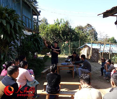 段必清在给班岭村村民做培训。