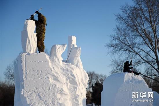 在太阳岛雪博会园区,参赛队员在进行雪雕创作.-哈尔滨国际雪雕比