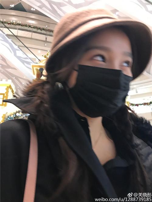 关晓彤伪装成路人去滑冰,可是她的眼袋太可怕了吧