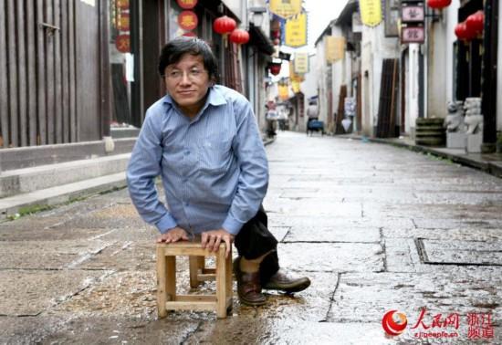 """曾经,一条小板凳是骆润法创业路上的得力""""帮手""""。"""