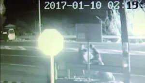 轿车撞桥墩起火 常州溧阳小伙冒爆炸危险救4人