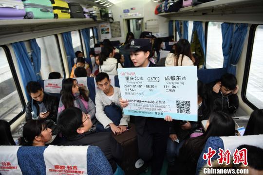 """重庆火车站美女""""警花""""为旅客宣传如何识别真假火车票"""