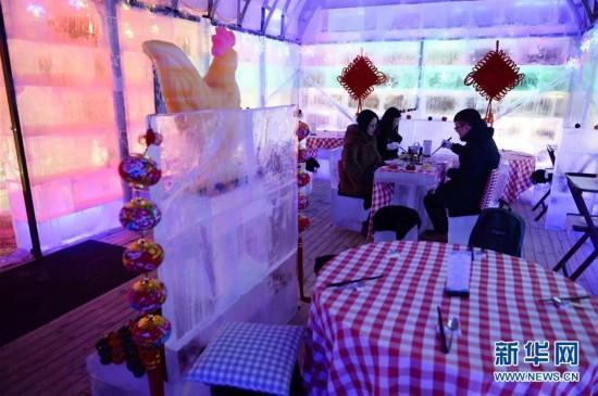 哈尔滨:市民体验冰屋子里吃火锅(组图)