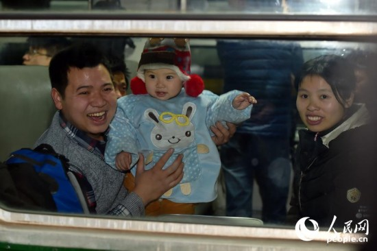 对于即将回家的旅客,满脸的欢喜。(人民网记者 翁奇羽 摄)