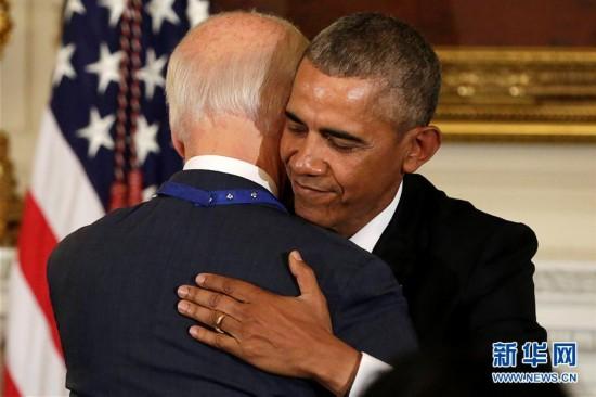"""(外代一线)(1)奥巴马授予拜登""""总统自由勋章"""""""