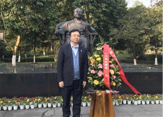 """每年到邓小平故里旅游景区旅游的国内外游客已近300万人次,""""我们"""