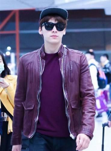 李易峰也是,但是这样稍显胖  下面这位我觉得是红色皮衣最帅的  而且他穿的还是大红色