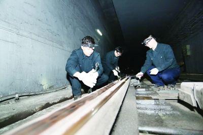 """图文:地铁信号工 深夜在隧道里""""探伤"""""""