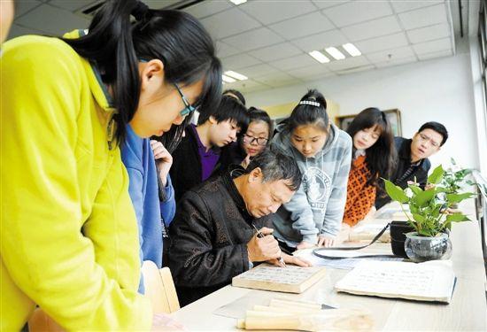 让学生和非遗大师零距离面对面 感受传统文化的熏陶