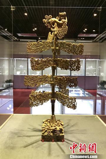图为东汉时期墓葬中出土的玉镂雕摇钱树。 黄如萍 摄