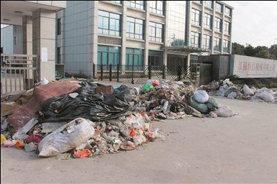常州一企业拖欠土地费用 村民倒垃圾堵门
