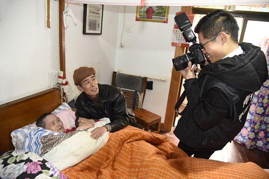 感受公益力量 常州90后志愿者为老人拍全家福