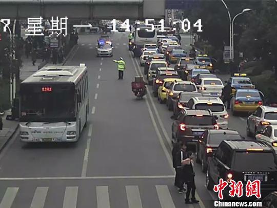 湖北宜昌:儿童溺水急需救治 交警开道护送就医
