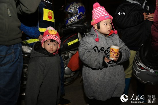 5岁的姐姐许世馨和4岁的妹妹许慧灵一起随父母返乡