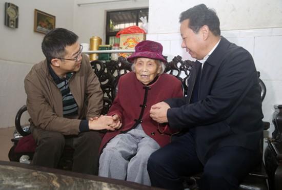 海南省委组织部慰问三沙离退休老干部及优秀人才