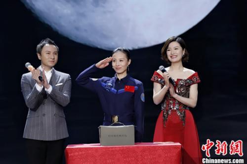 """奥运冠军齐聚东方春晚 女航天员亲述""""飞天""""往事"""