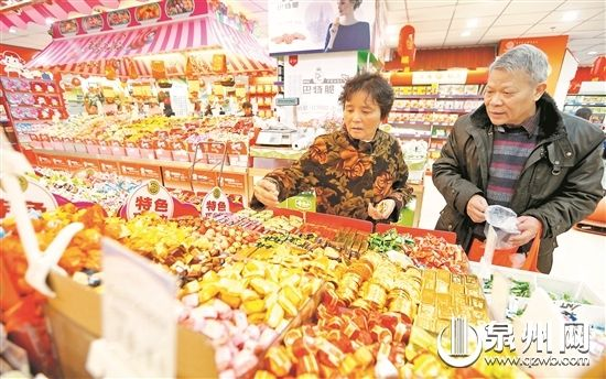 泉州市采取有效措施,确保节日市场供应充足、有序。图为市民在超市选购商品。(林劲峰 摄)