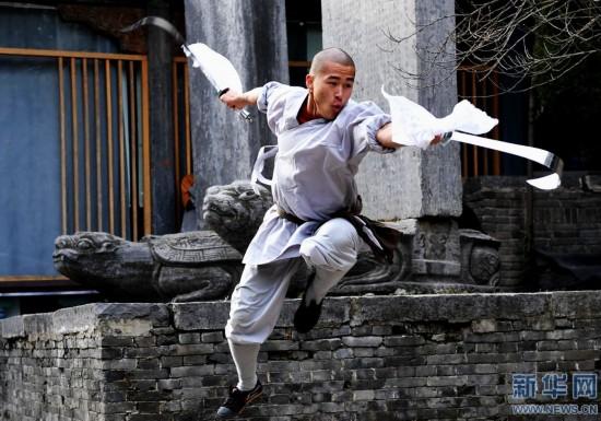 1月20日,少林武僧在少林寺碑廊习练双刀.图片