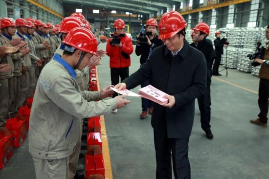 百色市常務副市長譚丕創到百礦集團看望慰問一線職工
