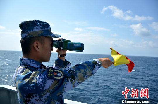 海军第二十五批护航编队组织反海盗武器装备射击演练