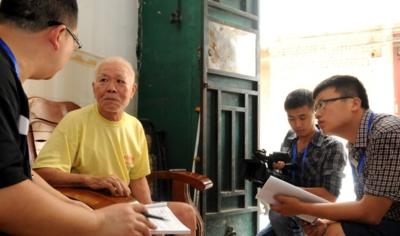 苏信堂在接受本报特派采访组的采访。