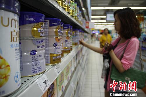 国内奶粉销量去年不升反降 市场份额被羊奶粉瓜分
