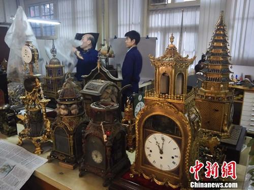 故宫博物院文保科技部钟表室内,修复师正在工作