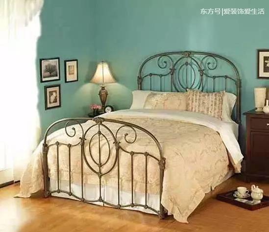 用木板条将床头和天花板铺满